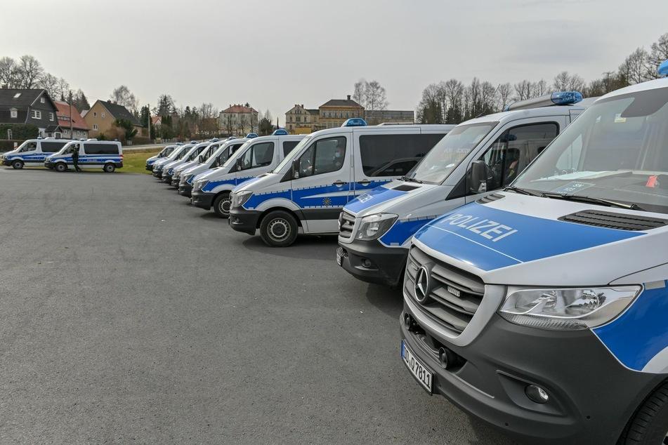 Die Polizei sicherte mit etlichen Einsatzfahrzeugen den Platz in Großschönau ab, in dem der Autokorso landen sollte.