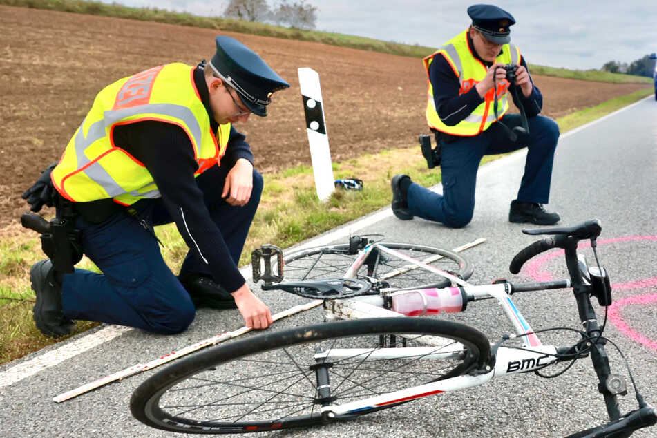Rennradfahrer stürzt auf Straße und verletzt sich: Hubschrauber im Einsatz