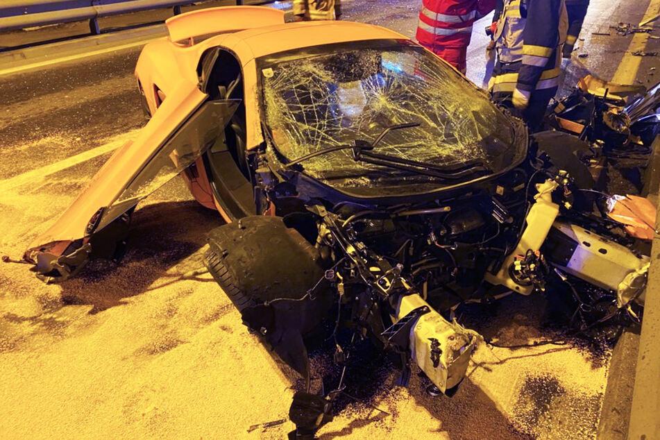 Fast in den Gegenverkehr geflogen: 200.000-Euro-Sportwagen nach Crash komplett Schrott
