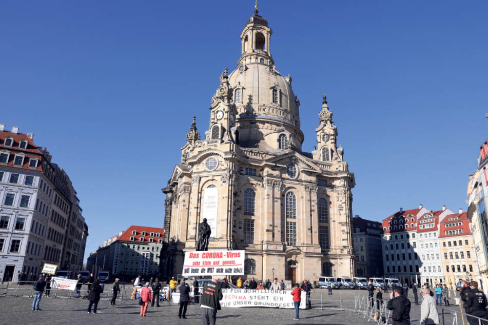 Im abgesperrten Bereich vor der Frauenkirche konnten die 15 Pegidisten genug Abstand halten.