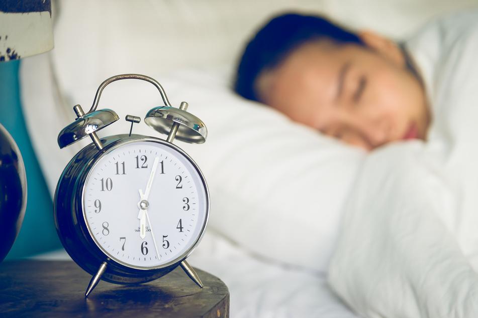 Eher ungewöhnlich ist, wenn das Schlafwandeln erst in der Jugend oder noch später im Leben erstmals auftritt. (Symbolbild)