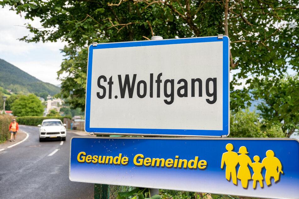 Das Ortsschild von St. Wolfgang. Mit Hunderten von Tests haben Behörden auf einen Corona-Ausbruch im beliebten oberösterreichischen Touristenort St. Wolfgang reagiert.