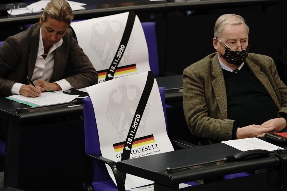 Während Bundesgesundheitsminister Jens Spahn (CDU) zu einer Rede im Bundestag ansetzte, holte die AfD-Fraktion ihre Plakate raus.