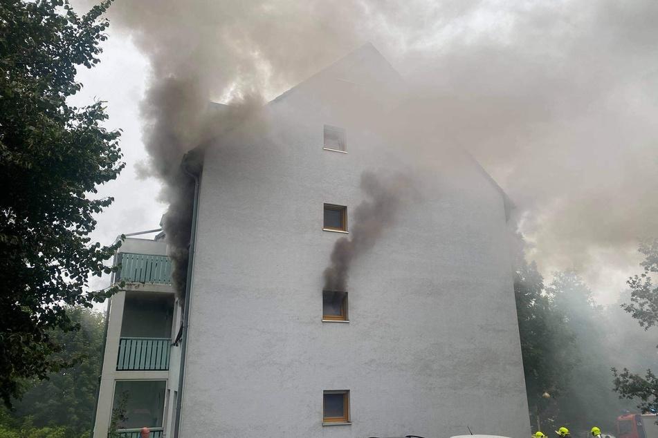 Schwarze Rauchwolken stiegen am Samstagmorgen aus einem Mehrfamilienhaus in Annaberg-Buchholz! Mehrere Personen wurden verletzt.