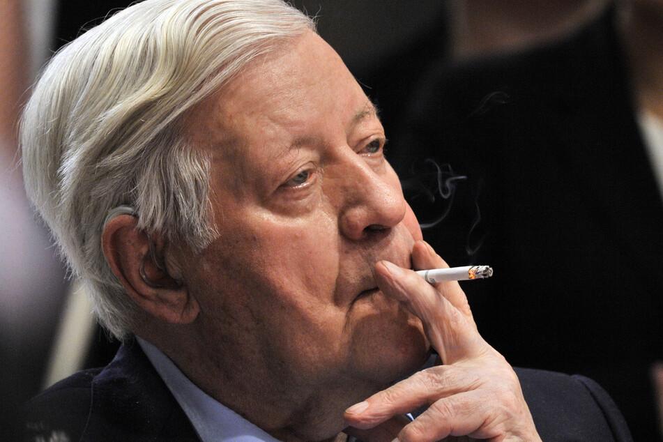 : Alt-Bundeskanzler Helmut Schmidt raucht während des Sonderparteitag der SPD eine Zigarette. Seit dem 20. Mai sind in den 27 EU-Staaten ausnahmslos alle Zigaretten mit charakteristischen Aromen verboten. Damit tritt der letzte Teil der EU-Tabakrichtlinie in Kraft.