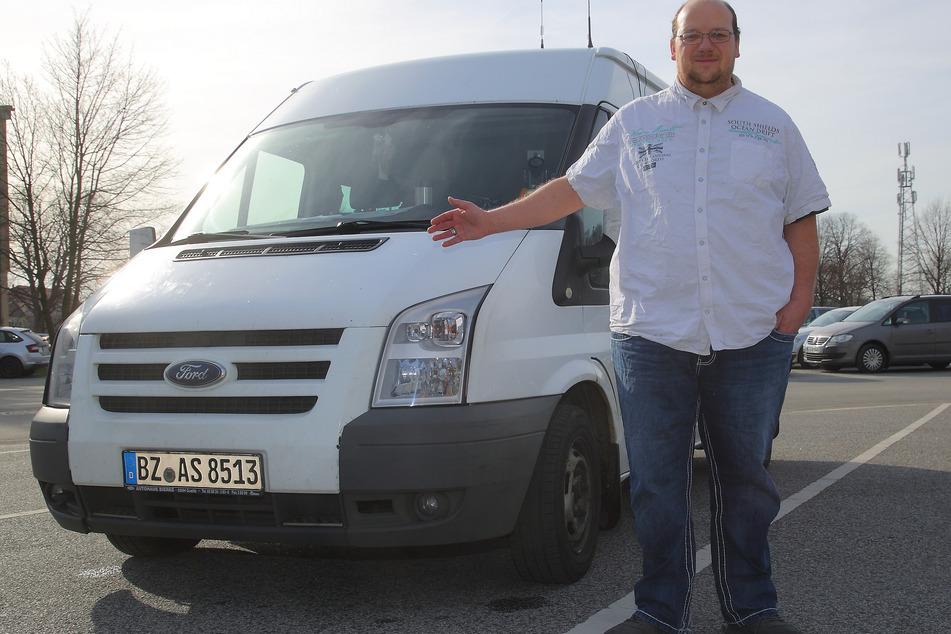 Transporter-Fahrer Alexander Schädlich (38) wartet auf Anrufe aus der Risikogruppe.