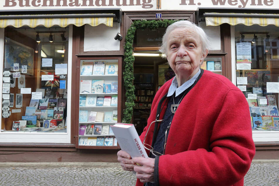 Helga Weyhe 2012 vor ihrer Buchhandlung in Salzwedel. (Archivbild)