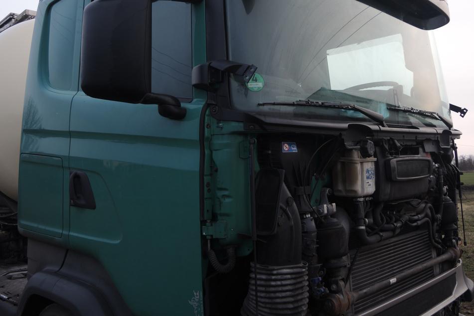Der Lkw verlor über Nacht seine Motorhaube und Scheinwerfer!