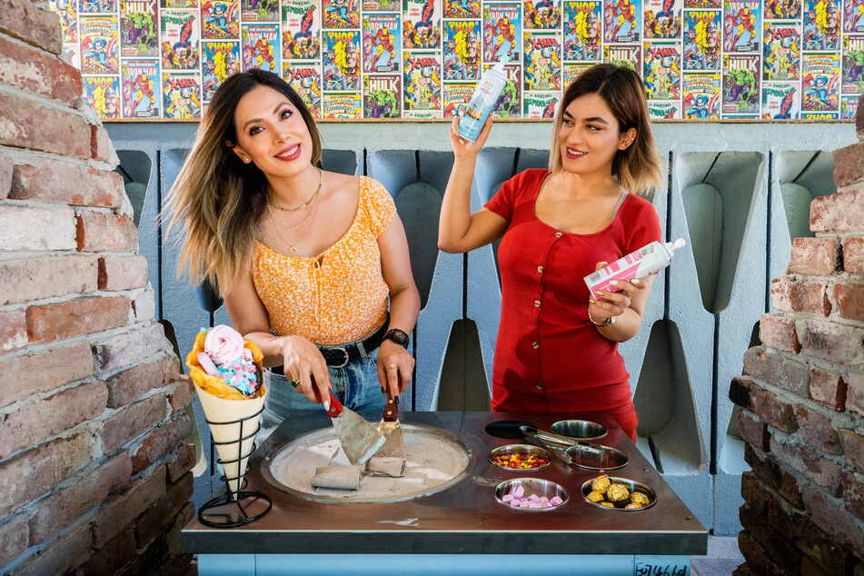 """Ava (32, l.) und Sara (22) stellen beim """"Superheldenburger"""" das """"Gerollte Eis"""" her."""