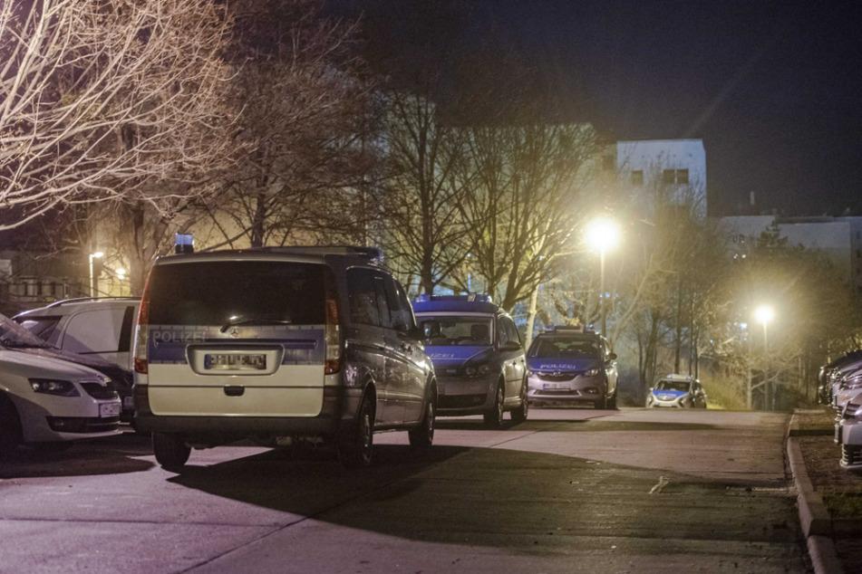 Mehrere Polizeiautos stehen am Herrenberg in Erfurt.