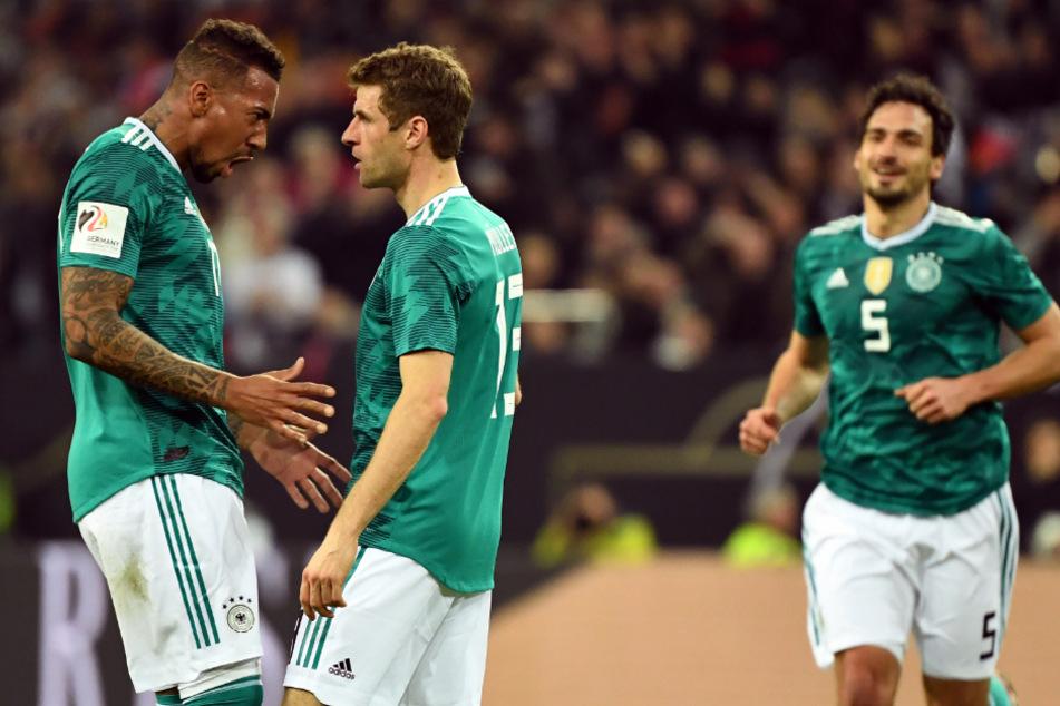 Jerome Boateng (l-r), Thomas Müller und Mats Hummels im DFB-Dress bei der verkorksten WM 2018. Danach wurden die Leistungsträger von Jogi Löw aussortiert.