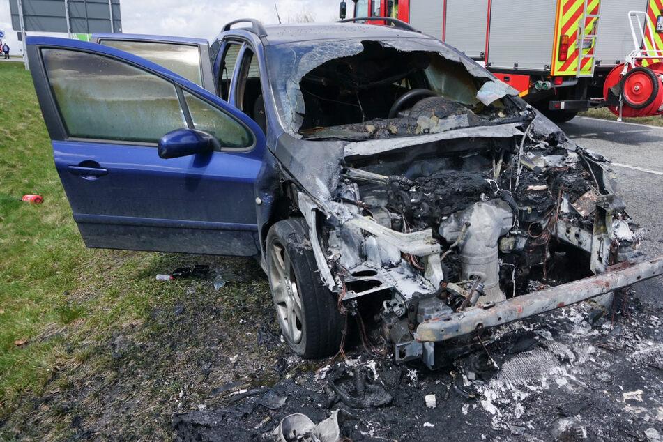 Unfall A17: Peugeot fängt plötzlich an zu brennen: A17-Abfahrt gesperrt!