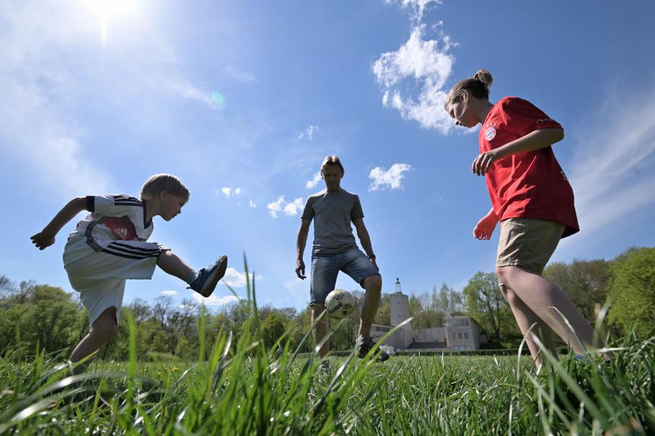 Sport im hohen Gras mit Constantin (5), Damian (8) und Opa Volkmar. Für Zecken ein gefundenes Fressen.