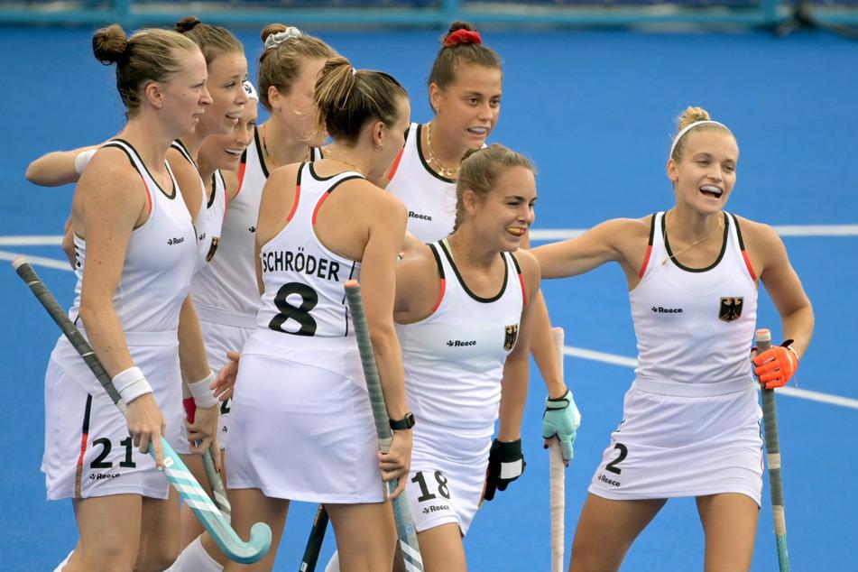 Die Deutsche Mannschaft freut sich über ein Tor von Lisa Altenburg (31, 2.v.r).