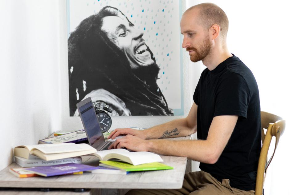 Beim Schreiben lässt sich Arne von Bob Marley über die Schulter gucken.
