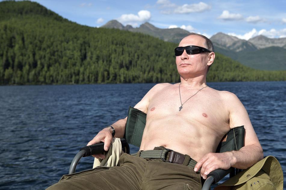 Ein Foto, das am 05.08.2017 vom Pressedienst des Kreml verbreitet wurde, zeigt den russischen Präsidenten Wladimir Putin beim Sonnenbad.