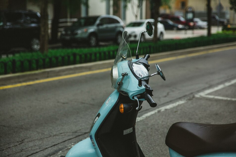 Dem Feuer fiel unter anderem ein Moped zum Opfer. (Symbolbild)