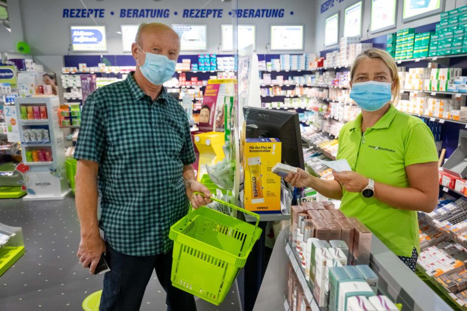 Easy-Apothekerin Manon Knaak (45) und Kunde Christian Liebing (67) sind sich einig: Masken schützen.