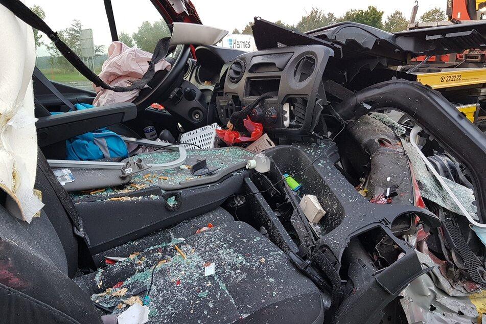 Das Cockpit des Kleintransporters ist vom Unfall gezeichnet.