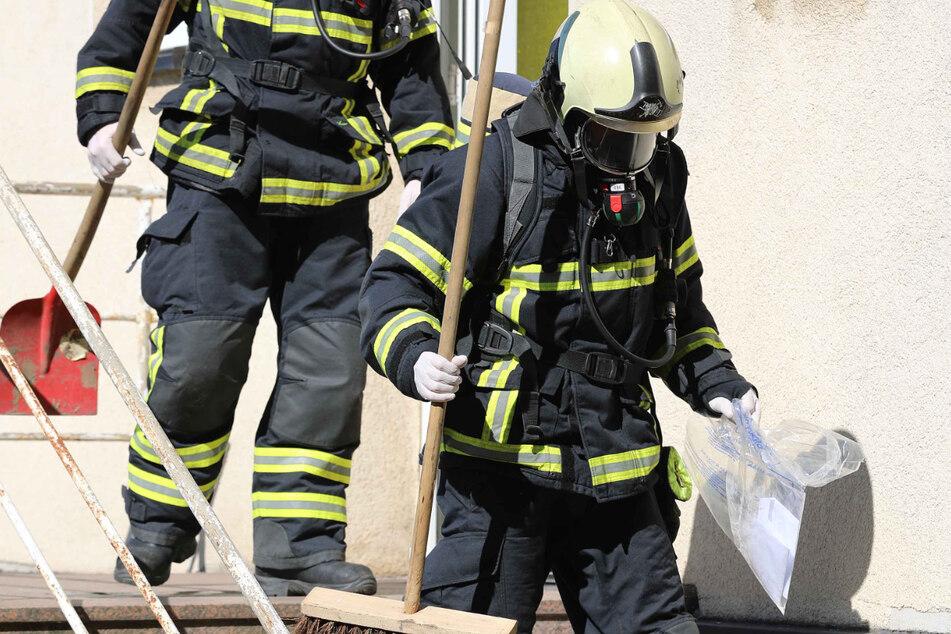 Feuerwehrleute sichern den Brief in Rostock.