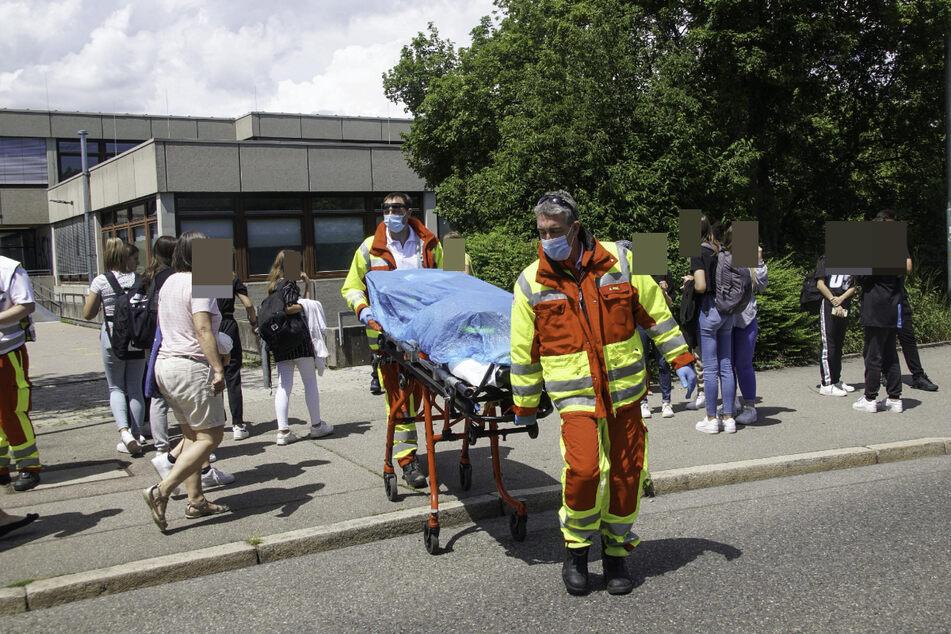 Rettungskräfte versorgen die betroffenen Schülerinnen und Schüler.