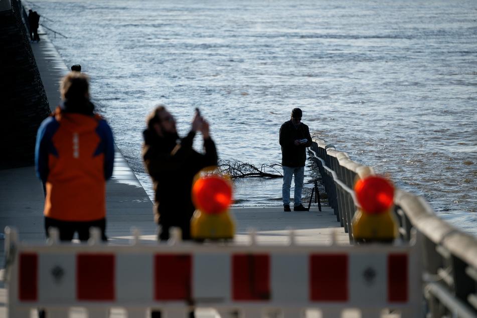 Hochwasser in Köln! Und der Pegel steigt noch weiter