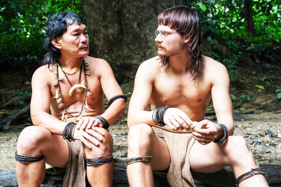 Bruno Manser (Sven Schelker, r.) war für Penan-Häuptling Along Sega (Nick Kelesau) wie ein Sohn.