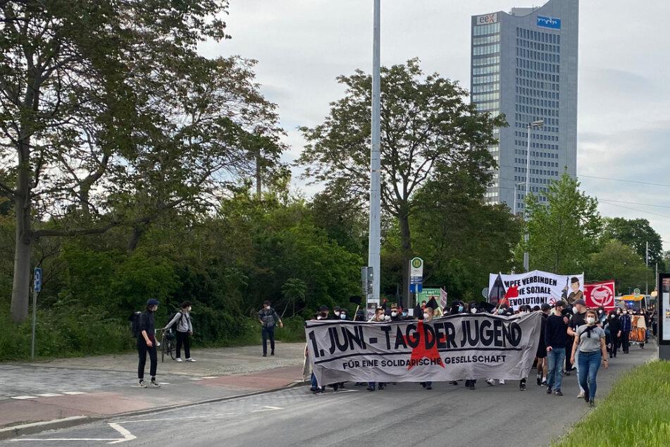 """Leipzig: 500 Teilnehmer bei """"Fight for your Future""""-Demo in Leipzig: Kritik an Polizei, Flaschenwürfe auf Beamte"""