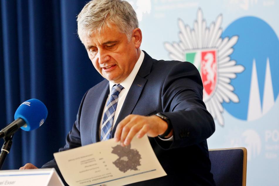 Kriminaldirektor Michael Esser (Leiter BAO Berg) beantwortet während einer Pressekonferenz Fragen der Journalisten zum bundesweiten Einsatz gegen Kinderpornografie am Vortag.