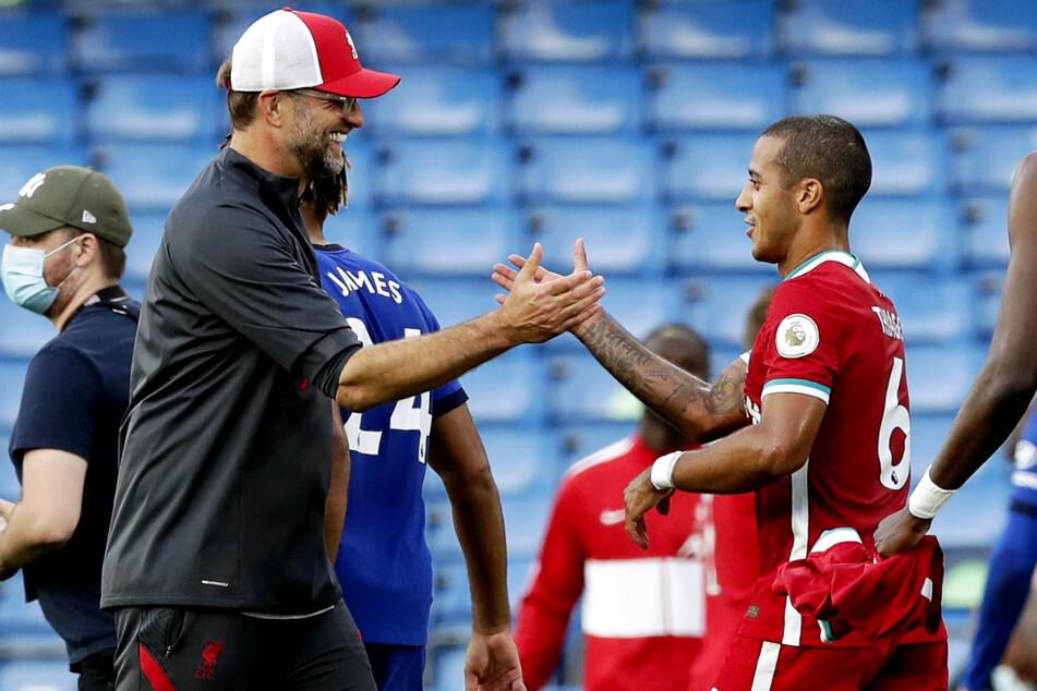 Handshake mit Thiago Alcantara (29, r.): Jürgen Klopp (53) stellt sich vor seinen Schützling.