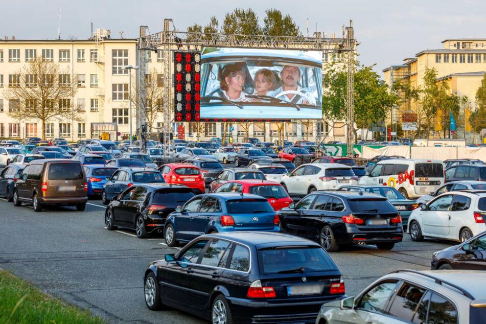 Dresdens Autokino auf dem Parkplatz 4 des Flughafens.