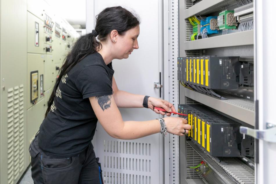 Mechatronikerin Anja Werner (39) bei Montagearbeiten an den neuen Schaltschränken.