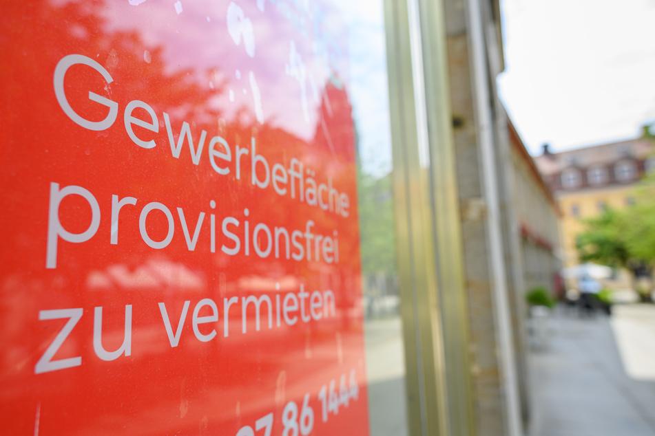 """Ein Schild """"Gewerbefläche provisionsfrei zu vermieten"""" klebt an einem Schaufenster eines leer stehenden Ladens in der Dresdner Innenstadt. Sachsen will Händler dabei unterstützen, mit kreativen Ideen die Innenstädte nach der Corona-Krise wieder lebendig zu machen."""
