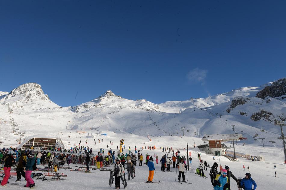 Skifahrer warten bei Sonnenschein an Liften im Skigebiet der Idalp in Ischgl.