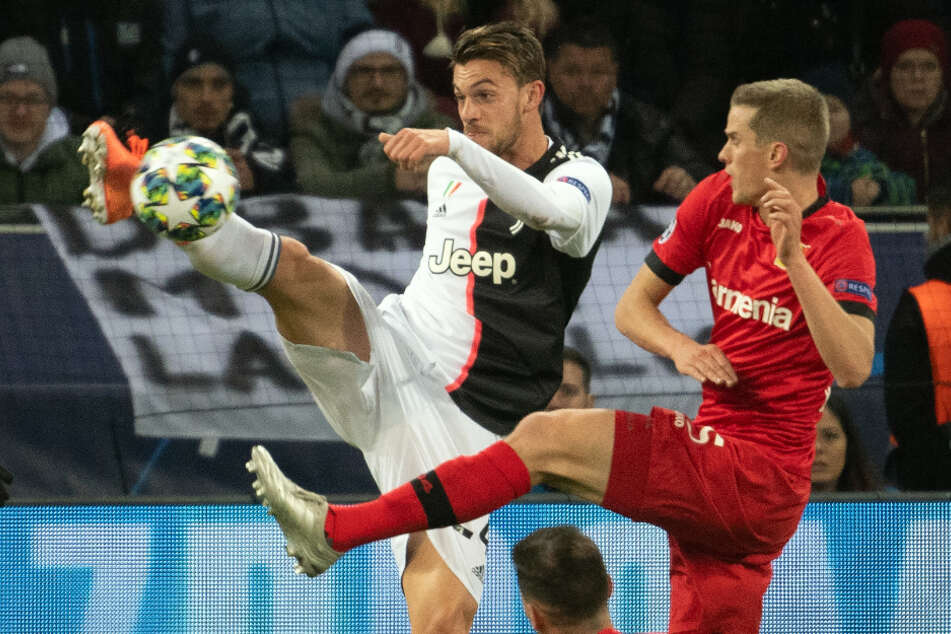 Daniele Rugani (hinten) ist hier den entscheidenden Schritt vorm Leverkusener Sven Bender am Ball.