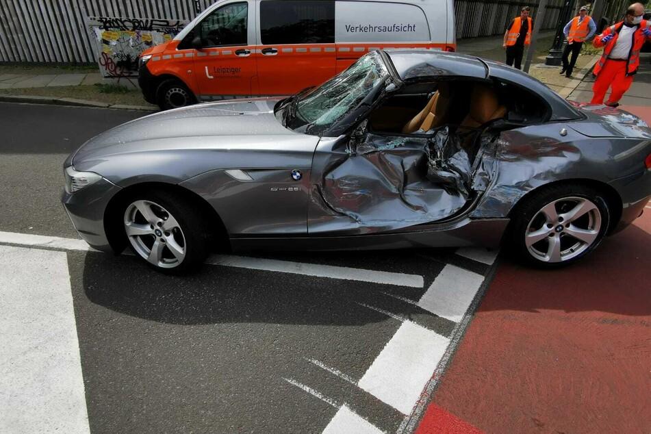 Auf der Pfaffendorfer Straße in Leipzig ist am Mittwoch eine Straßenbahn mit diesem BMW kollidiert. Der Fahrer des Autos wurde dabei leicht verletzt.