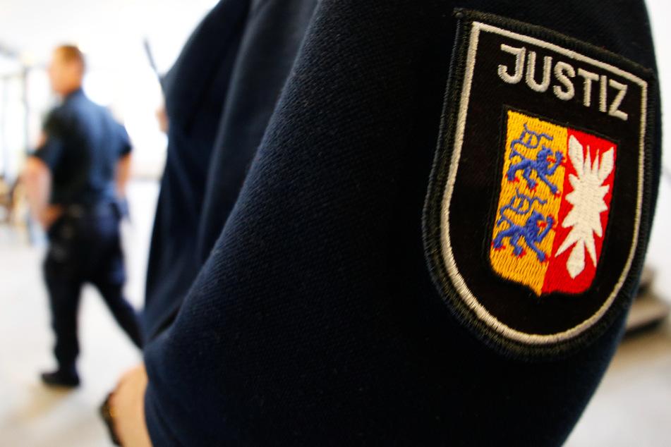 Ein Justizbeamter steht in einem Gerichtssaal. In Itzehoe ist ein 33-Jähriger wegen heimtückischen Mordes zu lebenslanger Haft verurteilt worden. (Symbolbild)