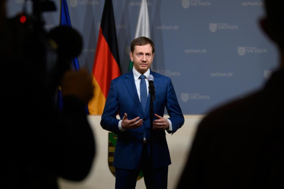 Michael Kretschmer (45, CDU) spricht in der Staatskanzlei nach einer Bund-Länder-Schalte der Bundeskanzlerin mit den Ministerpräsidenten zu den Corona-Maßnahmen.