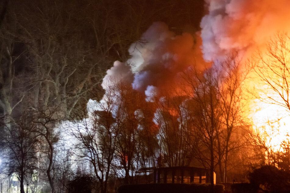 Nach einem Brand in einer Gartenhütte in Langenzenn in Bayern haben Feuerwehrleute einen toten Mann geborgen.