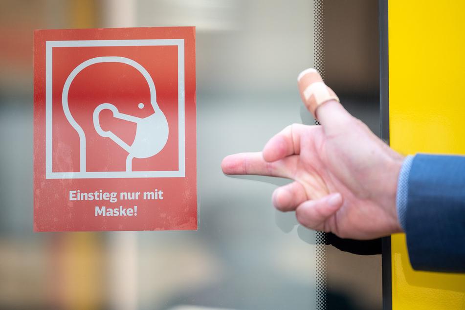 Weil er keine Maske tragen wollte, wurde ein 19-Jähriger in Köln-Ehrenfeld festgenommen. Auf dem Revier bedrohte er die Beamten und leistete heftigen Widerstand. (Symbolbild)