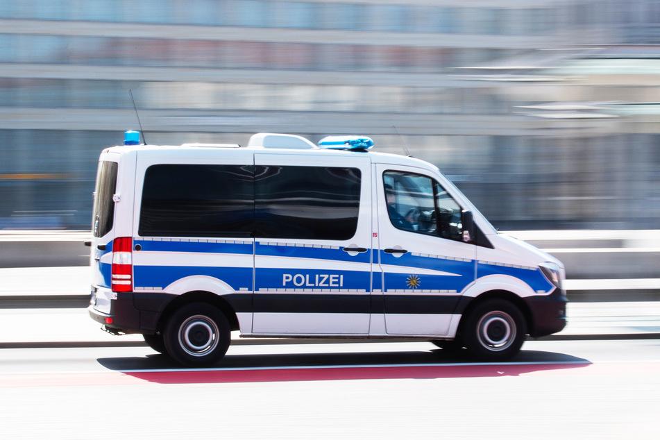 Ein Polizeiauto fährt zu einem Einsatz. (Symbolbild)