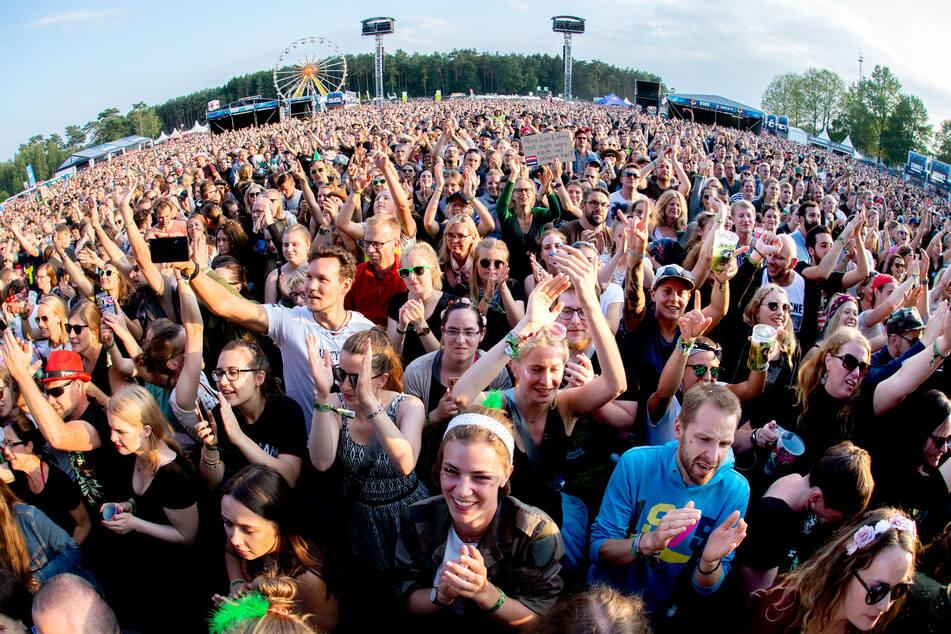 Festivalbesucher hören sich auf dem Hurricane ein Konzert an - das Festival soll erst 2022 wieder stattfinden.