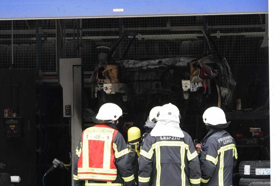 Leipzig: Auto auf Werkstatt-Hebebühne abgefackelt
