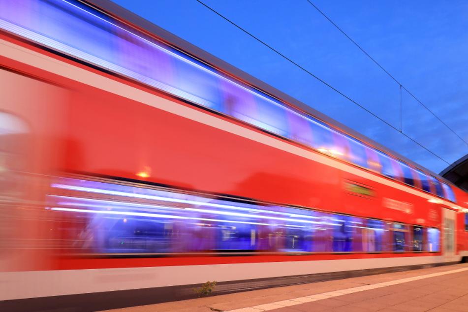 Auf die Gleise gelegt: Züge kollidieren mit Steinen und Einkaufswagen
