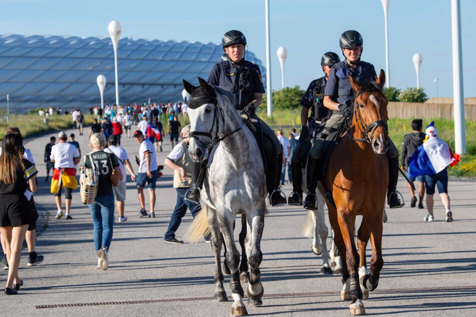 Polizeibeamte der Reiterstaffel patrouillieren vor dem Münchner Stadion. Am Freitagabend beim italien-Spiel werden insgesamt 1500 Beamte im Einsatz sein.