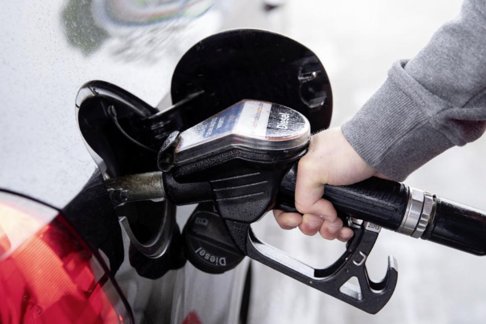 Die Ölpreise sind mit leichten Abschlägen in die neue Handelswoche gestartet. (Symbolbild)