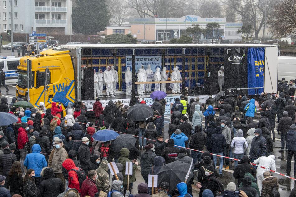 """Eine Gruppe mit dem Namen """"Chemnitz steht auf"""" hatte zu der Demo am Karl-Marx-Monument gegen die aktuelle Corona Maßnahmen aufgerufen."""