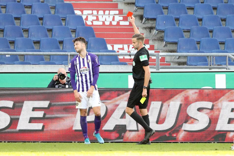 Schiedsrichter Michael Bacher (r.) zeigte Tom Baumgart in Hannover die Gelb-Rote Karte und bescherte dem Auer damit eine längere Pause.