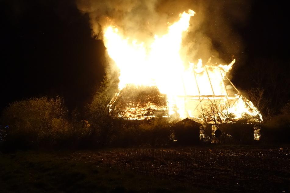 Reethaus steht in Flammen! Bewohner noch vermisst