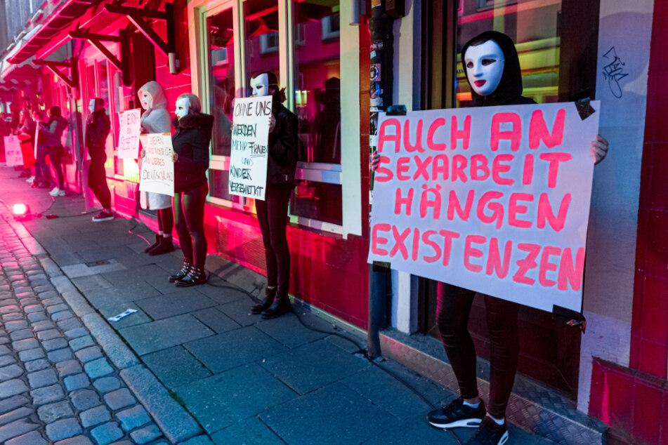 Prostituierte demonstrieren mit Schildern in der Herbertstraße.